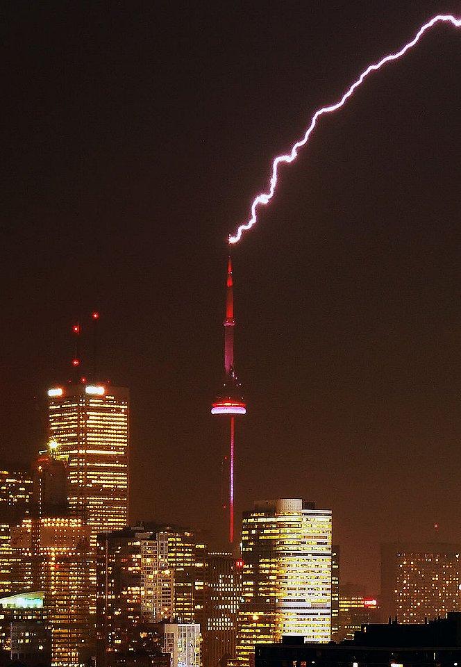 800px-CN_Tower_struck_by_lightning-Edit(Taxi).jpg