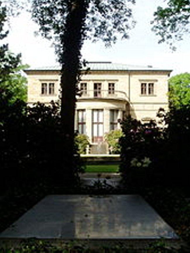 バイロイトのヴァーンフリート荘と、裏庭にあるワーグナーとコジマの墓。.jpg