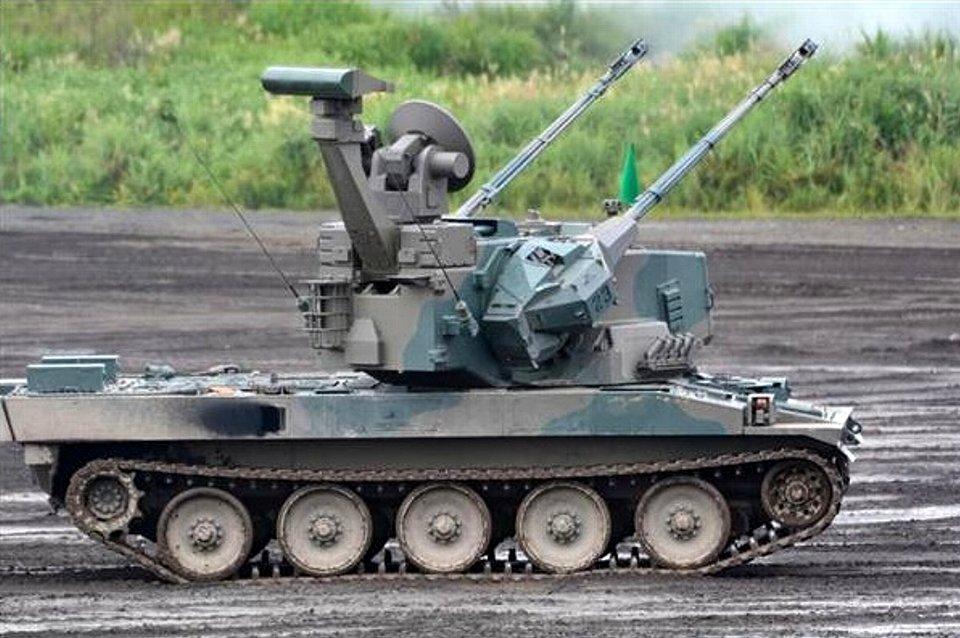 対空援護射撃を行う87式自走高射機関砲(岡田敏彦撮影).jpg