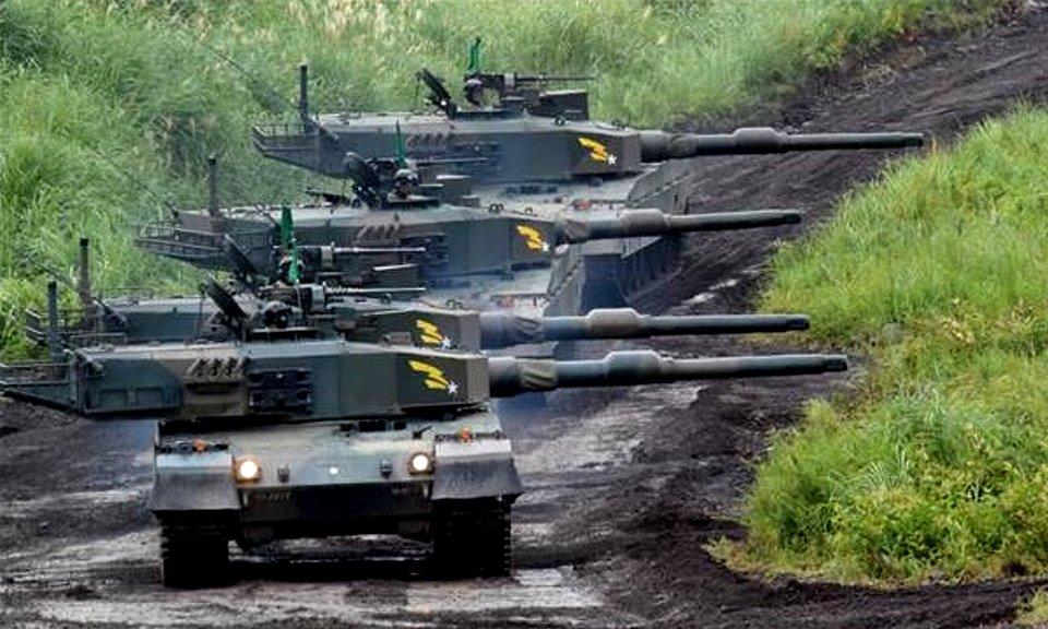 1個小隊(4両)で攻撃態勢に移る90式戦車(岡田敏彦撮影).jpg