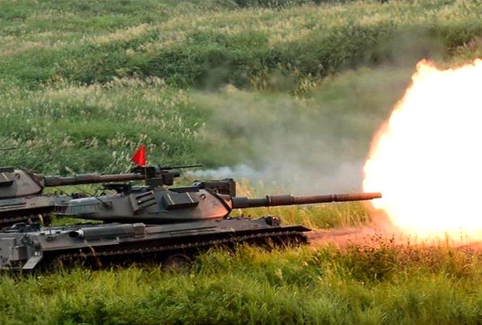 74式戦車による105ミリ砲の射撃(岡田敏彦撮影).jpg