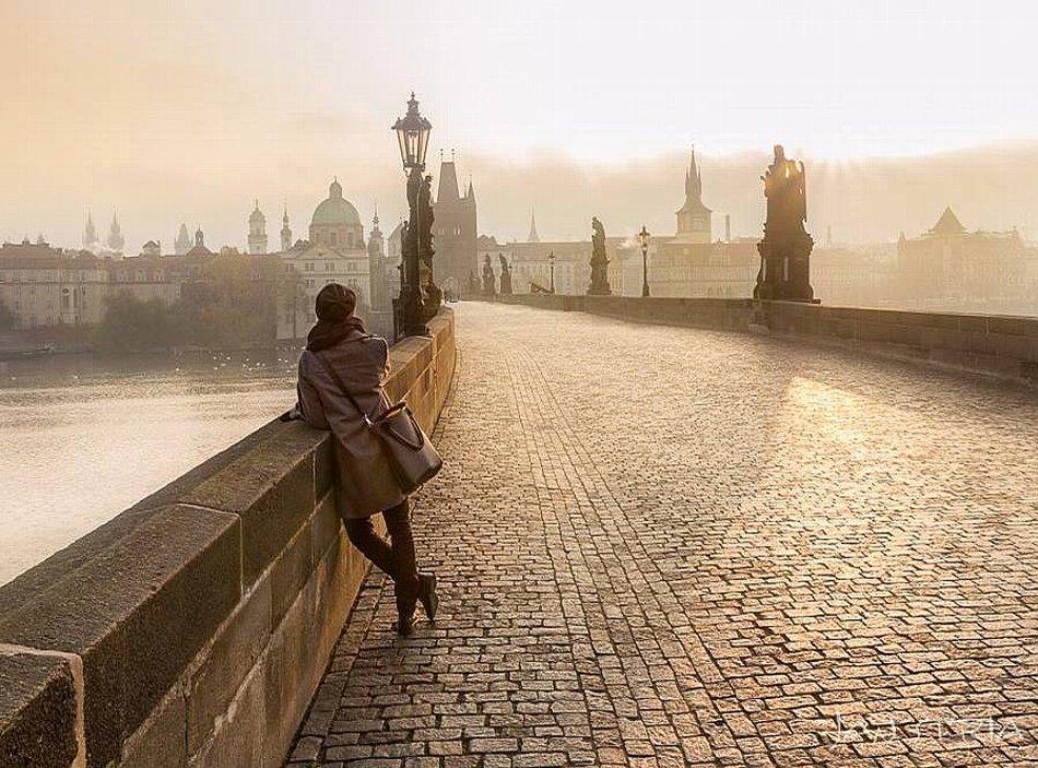Sunrise at Charles Bridge in Prague.jpg